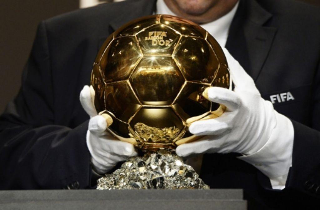 Um diese Trophäe, den Ballon DOr, vor allem aber um die Ehrung selbst, geht es bei der Wahl zum Weltfußballer des Jahres 2014. Auf den folgenden Bildern sehen Sie die derzeit 23 nominierten Spieler. Die Liste wird später noch verkleinert. Foto: KEYSTONE