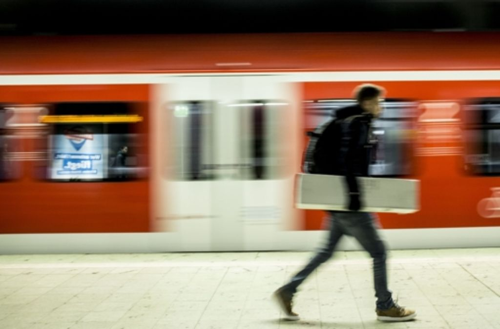 Auf dem Weg zum Stadion und zum Mercedes-Benz-Museum sollten S-Bahn-Fahrer am Samstag mehr Zeit einplanen. Foto: Lichtgut/Leif Piechowski