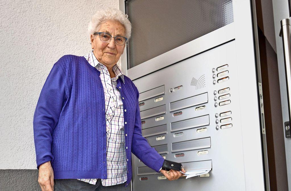 Die Hofenerin Liesel Hepe staunte nicht schlecht, als ihr kürzlich Briefe mit Poststempel vom 28. September 2017 zugestellt wurden. Foto: Olbort