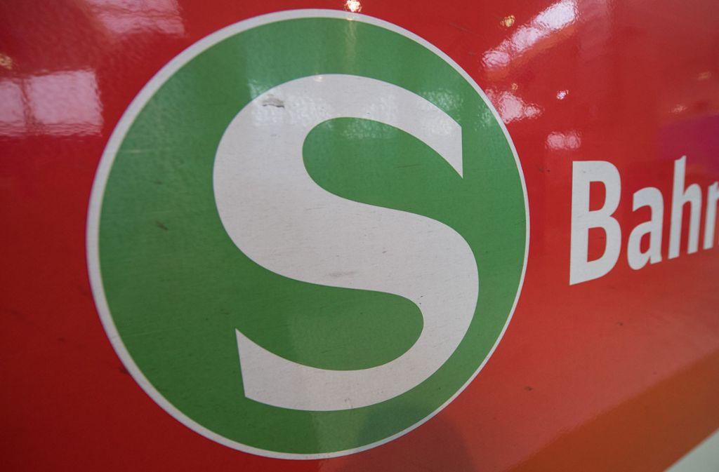 Der 23-Jähriger fiel an der Haltestelle Schwabstraße vor eine einfahrende S-Bahn. (Symbolbild) Foto: dpa/Boris Roessler