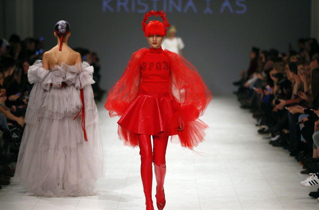 Die New Yorker Modewoche läutet den Auftakt eines ganzen Modemonats ein, in dem neben New York auch in den drei anderen Modemetropolen London, Mailand und Paris die neuesten Kollektionen für Herbst/Winter präsentiert werden. Hier ein aktueller Entwurf der ukrainischen Designerin Kristina As. Foto: AP