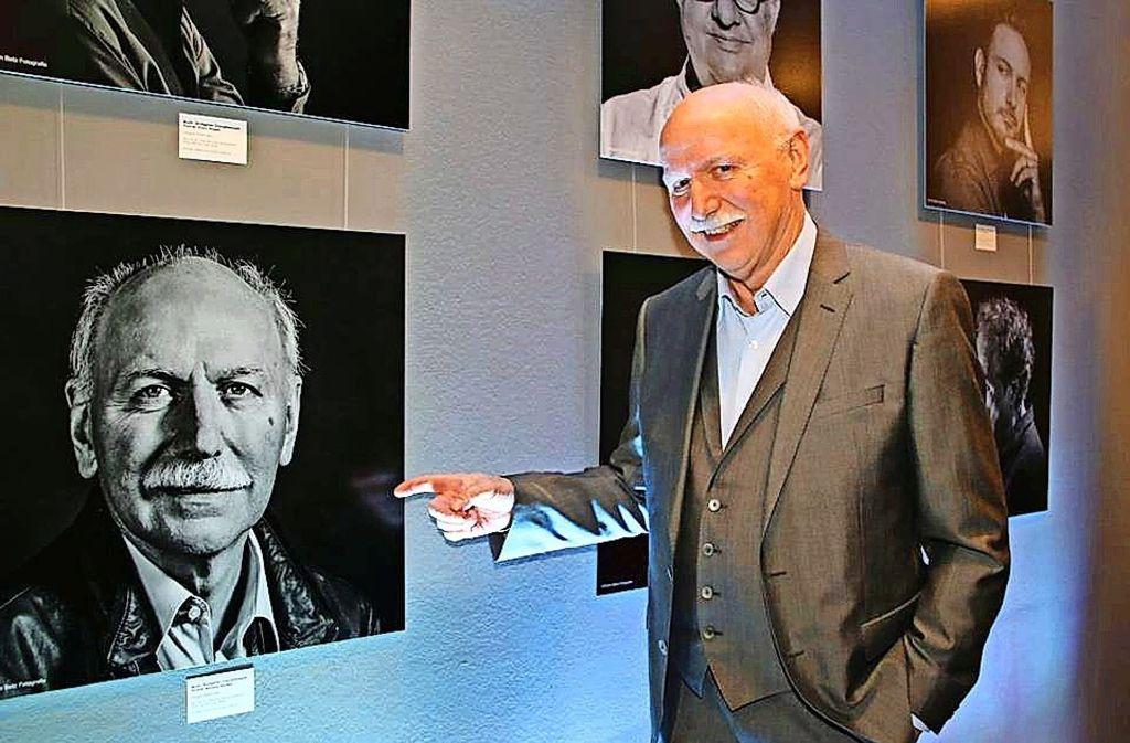 Wieland Backes mit seinem Porträt in der Ausstellung im Renitenz-Theater. Foto: Klaus  Schnaidt
