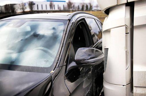 Lkw kollidiert mit Auto – Polizei sucht Zeugen