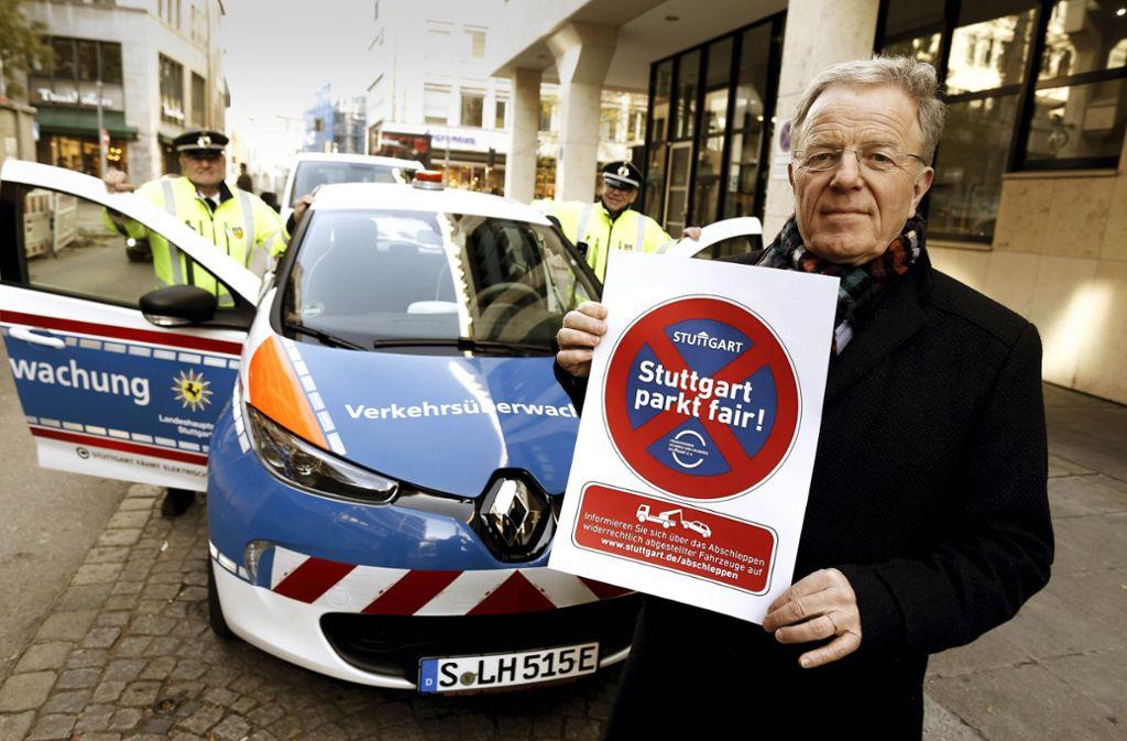 Martin Schairer präsentiert den Aufkleber, der den Autofahrern die Augen für Parkverstöße öffnen soll. Foto: Lichtgut/Leif Piechowski