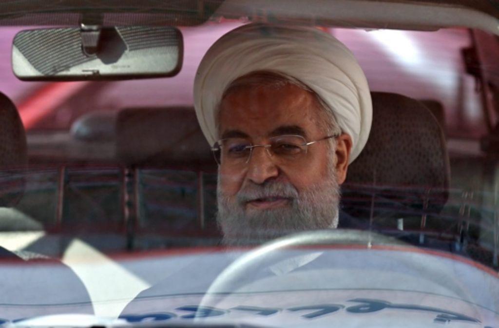 Hat der iranische Präsident Hassan Ruhani – wie hier auf einer Industriemesse in Teheran – das Steuer fest in der Hand? Foto: dpa