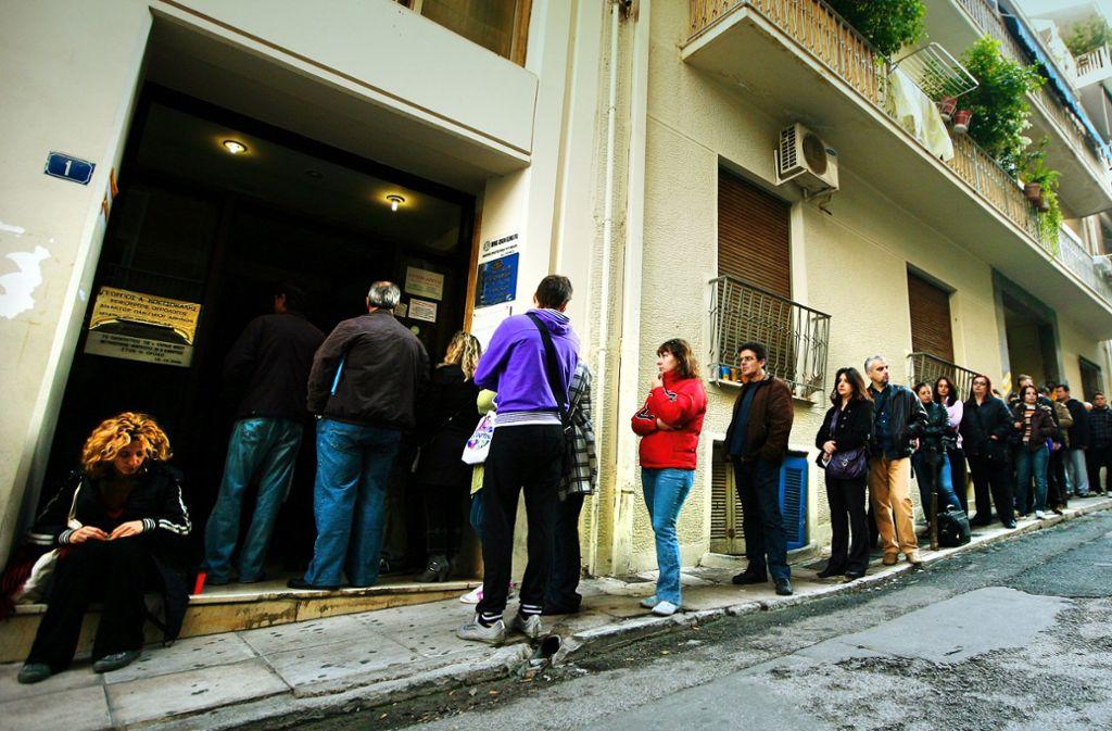 Die Schlangen vor den Arbeitsämtern in Griechenland sind nicht mehr so lang wie früher – doch die Not der Menschen bleibt. Foto: ANA-MPA