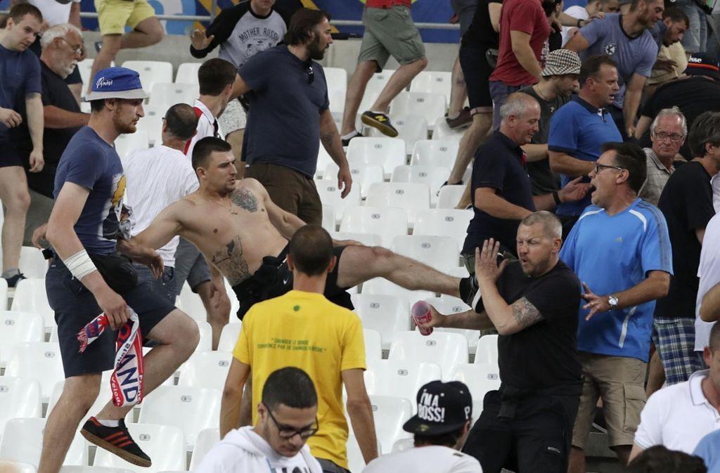 Drohen bei der WM 2018 in Russland ähnliche Szenen wie bei der Europameisterschaft vor zwei Jahren in Frankreich? Foto: AP