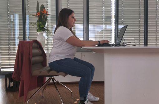 So sitzt man am improvisierten Arbeitsplatz richtig