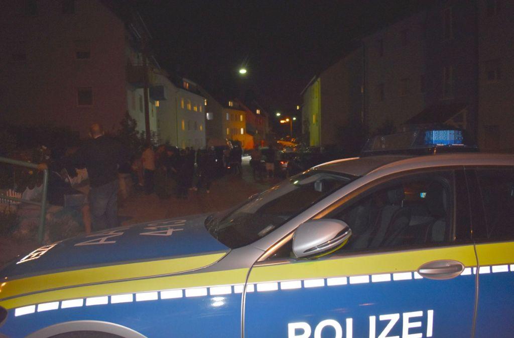 Schaulustige versammelten sich vor dem Wohnhaus in Schwäbisch Gmünd. Foto: SDMG