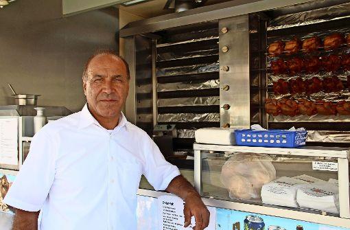 Ergün Güngöze sucht weiter nach seinem gestohlenen Grillwagen. An dessen Stelle steht ein Ersatzfahrzeug. Foto: Höbel