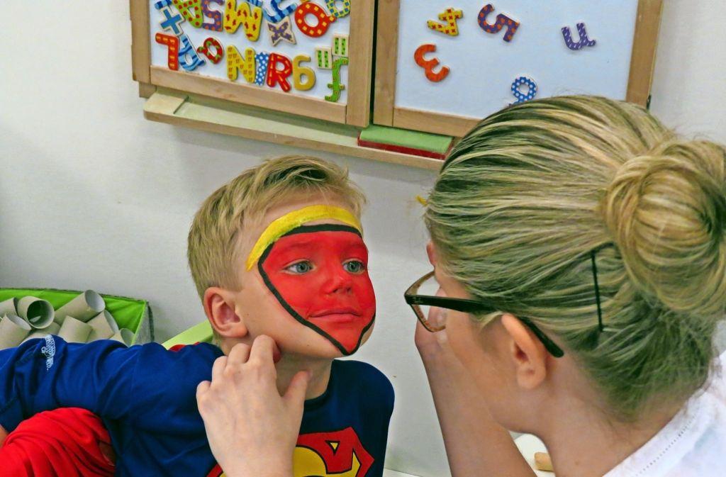 Die Ritterburg muss zum Spielen erst einmal erklommen werden. Der  Vierjährigen, der sich in  Superman verwandeln lässt,  kann sie dann im Flug einnehmen. Foto: Sybille Neth