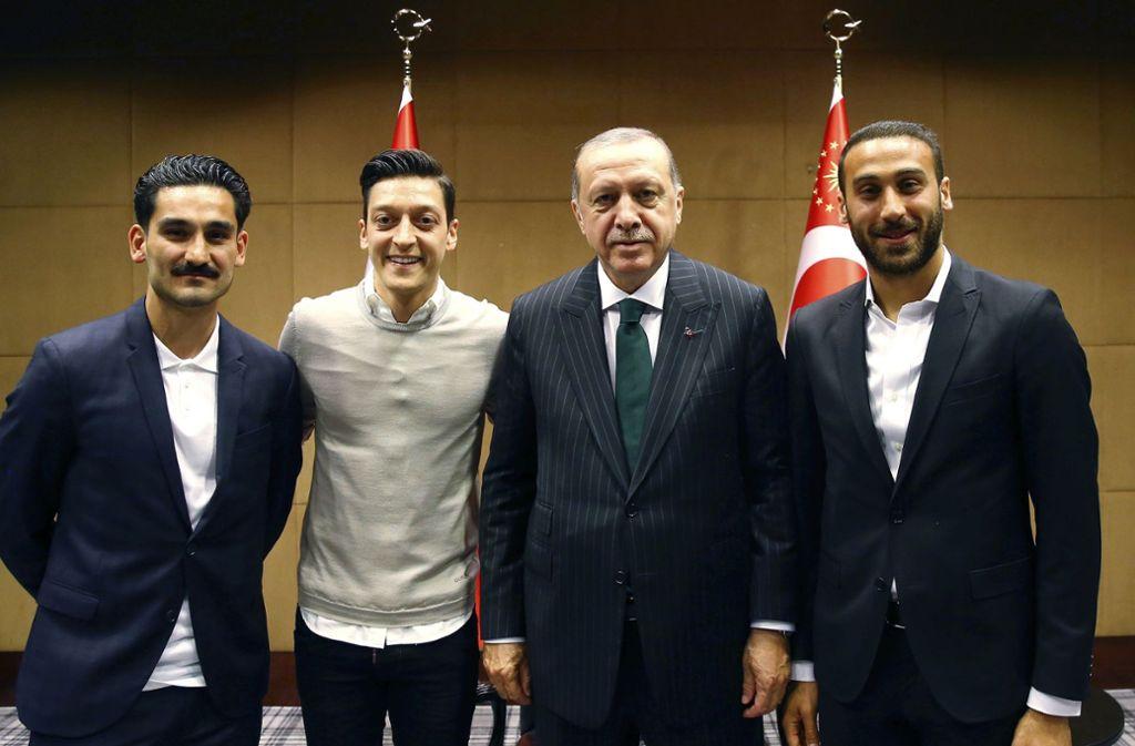 Schulterschluss mit Erdogan: die deutschen Fußball-Nationalspieler Ilkay Gündogan und Mesut Özil (v.l.) sowie der in Wetzlar geborene Profi Cenk Tosun (r.)   Foto:dpa Foto:
