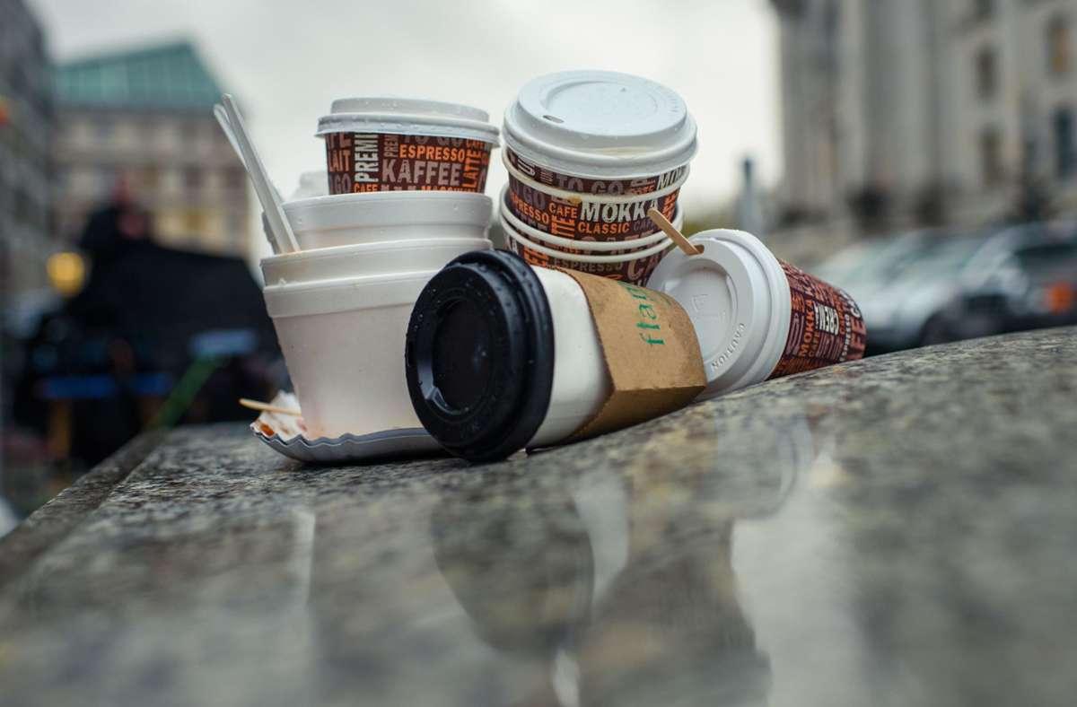 Wegen der Restriktionen in der Corona-Pandemie hat die Vermüllung der Stadt zugenommen. Auch Kaffeebecher sind dabei. (Archivbild) Foto: dpa/Gregor Fischer