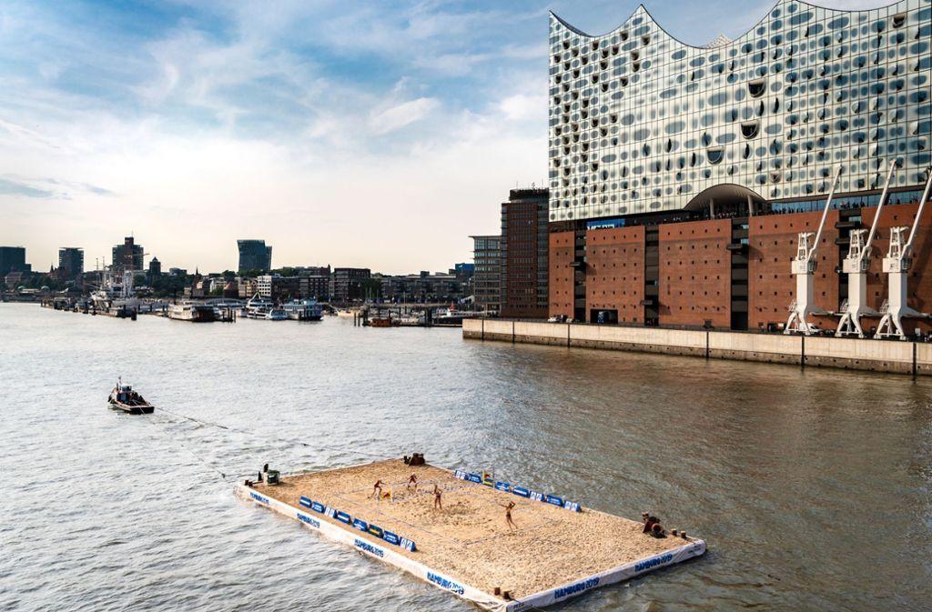 Spektakuläre PR-Maßnahme: Schwimmendes Beachvolleyball-Feld vor der Elbphilharmonie in Hamburg Foto: Beach Majors/SHM