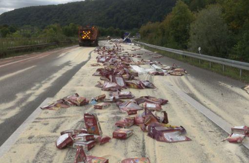 Hunderte Säcke Reis kippen bei Unfall um