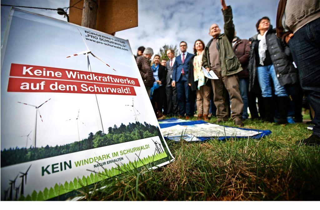 Nicht nur in der Lehenbachhalle,  auch direkt am Ortseingang von Manolzweiler haben Landtagsabgeordnete und Windkraftgegner diskutiert. Foto: Gottfried Stoppel