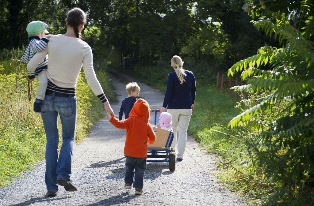 Tagesmütter betreuen  oft mehere Kinder – jedes benötigt viel Zuwendung. Foto: dpa