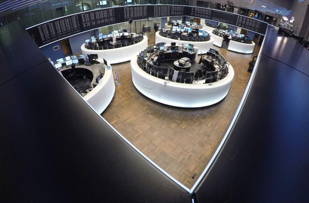Der Börsensaal  der  Frankfurter Börse ist gespickt  voll mit Monitoren. Foto: dpa