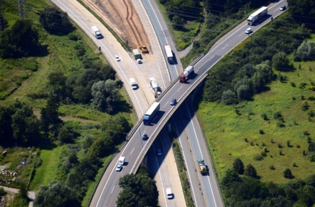 Autobahnkreuz Karlsruhe: Am Stau vorbei mit Auto oder anderen Verkehrsmitteln. Foto: dpa