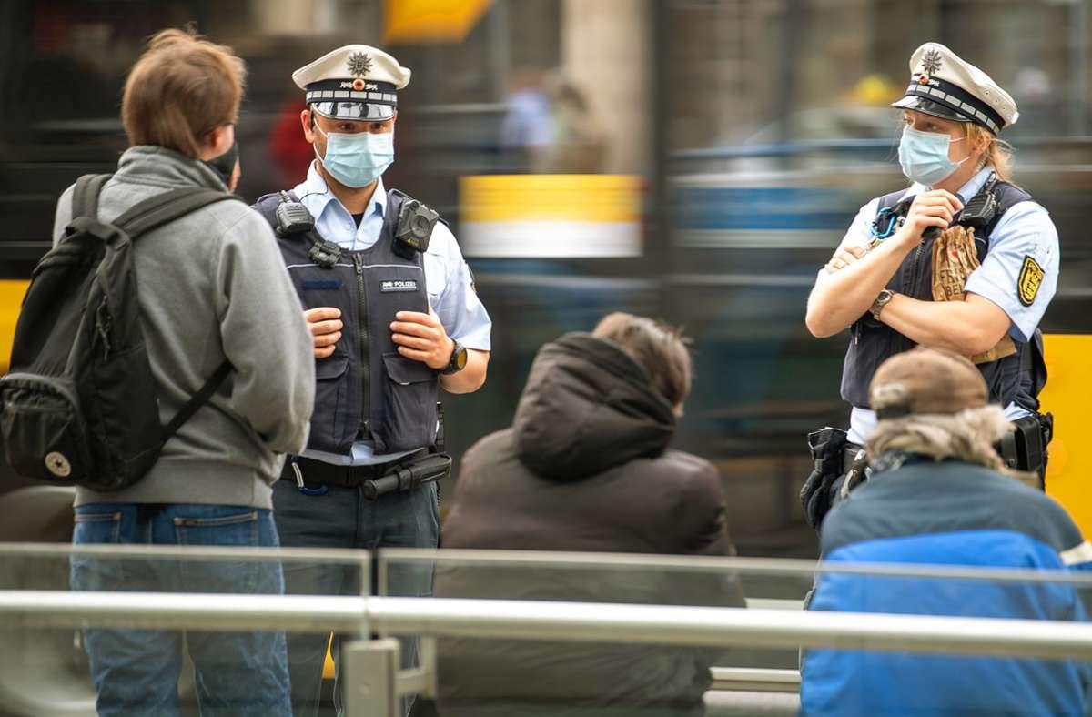 Die Maskenpflicht  wird durch die Polizei durchgesetzt – auch in Stuttgarts Bussen und Bahnen. Foto: dpa/Sebastian Gollnow