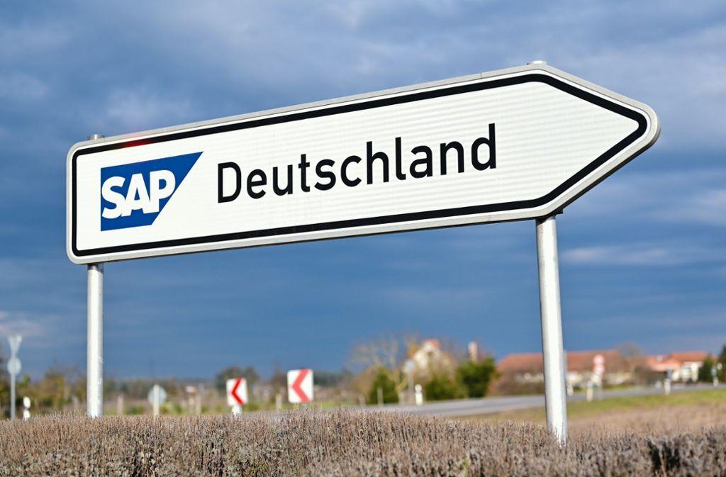 """Walldorf: Ein Straßenschild mit der Aufschrift """"SAP Deutschland"""" steht an einem Kreisverkehr in der Nähe der Firmenzentrale des Softwarekonzerns SAP Foto: dpa/Uwe Anspach"""