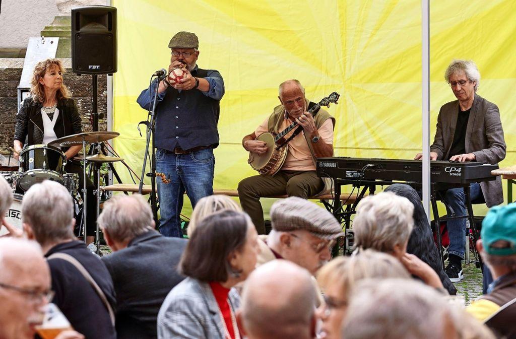 Beschwingter Frühschoppen mit der Iris-Oettinger-Band in Eltingen. Foto: factum/Jürgen Bach