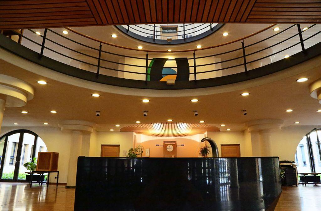 Nur bei zwingenden Anliegen sollen derzeit die Fellbacher Bürger ins Rathaus (hier das Foyer) kommen Foto: Patricia Sigerist