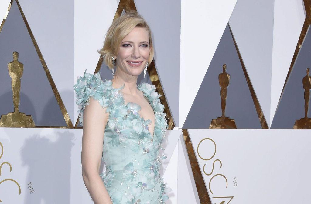 Das Kleid in einem hellen Blau-Türkis-Ton, über und über mit Zierblüten bestickt, einem gewagten Ausschnitt, einem bodenlangen Rock und einer Schleppe verschmolz perfekt mit der unnahbar-anmutigen Aura von Cate Blanchett. Foto: dpa
