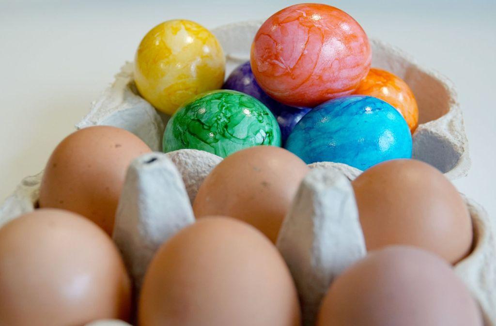 Bald sind die Eier wieder bunt gefärbt. Doch nicht jedes Bio-Ei hält, was die Anbieter versprechen. Foto: dpa
