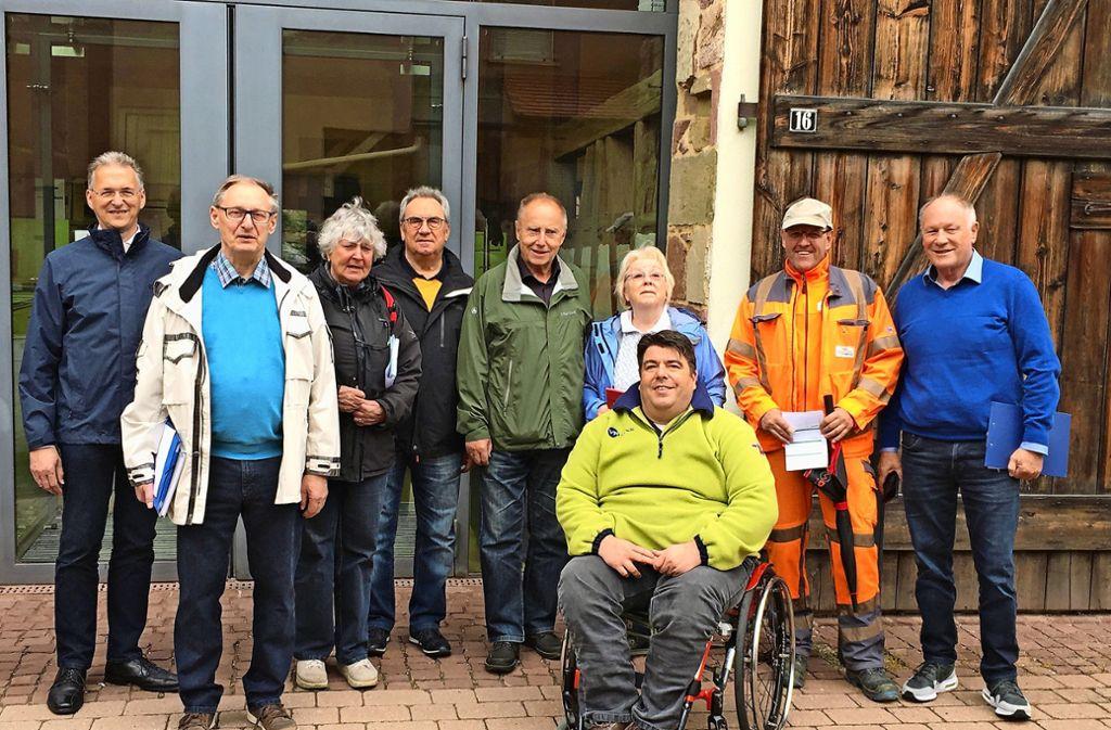 Die Projektgruppe, hier zusammen mit dem Bürgermeister Jürgen Troll (links), dem Berater Alexander Lang (im Rollstuhl), hat die Stadt Heimsheim schon gut unter die Lupe genommen. Foto: privat