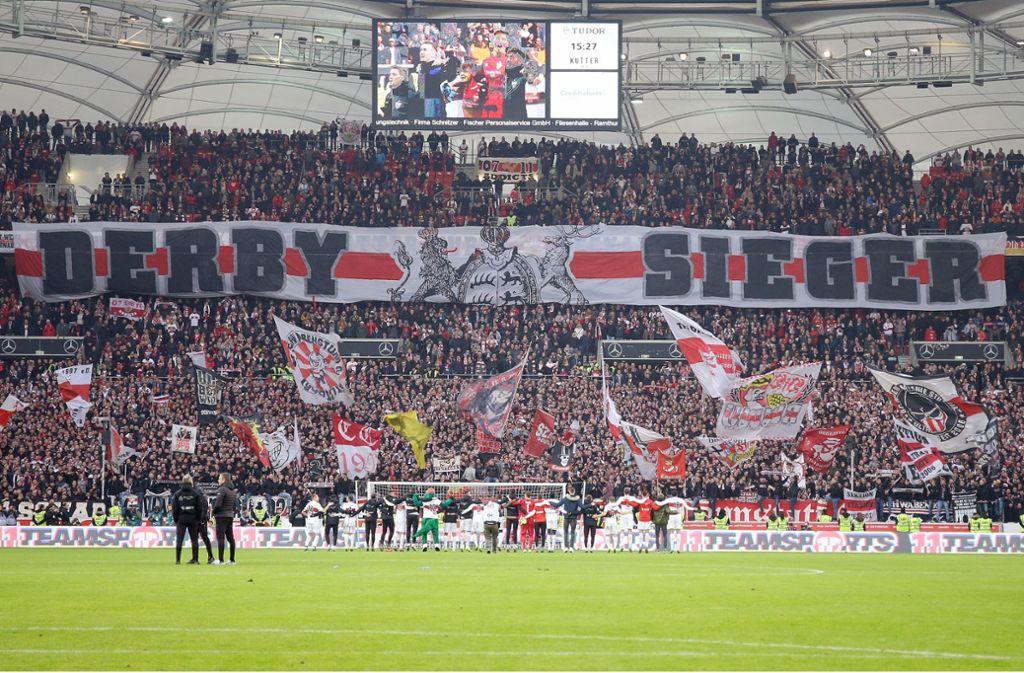 Die VfB-Mannschaft lässt sich nach dem Derbysieg von ihren Fans feiern. Foto: Pressefoto Baumann