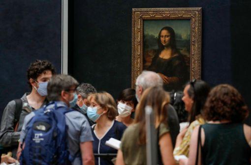 """""""Mona Lisa"""" hinter langen Zick-Zack-Absperrungen"""