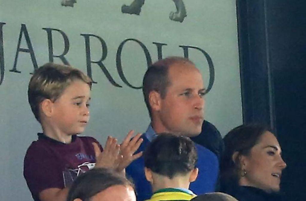 Mit Papa Prinz William, Mama Herzogin Kate durfte der königliche Nachwuchs Prinz George  am Wochenende zum ersten Mal ins Stadion. Foto: glomex