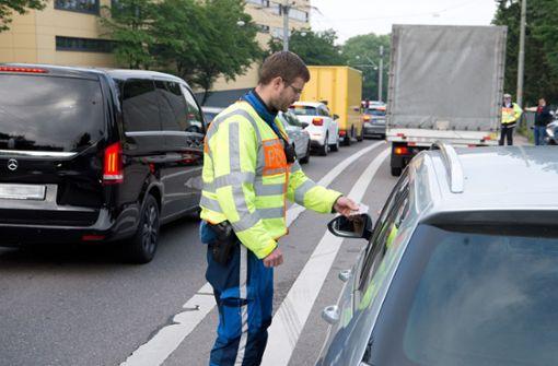 Polizei kontrolliert Autofahrer in Stuttgart