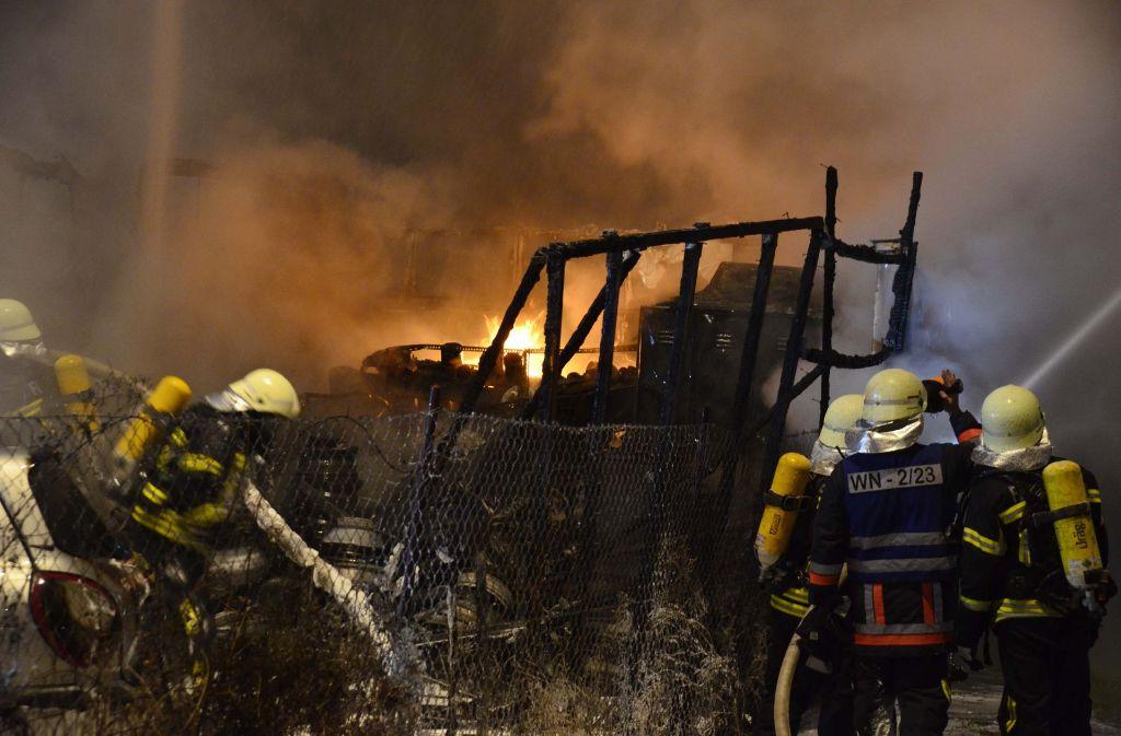 Die Polizei sucht im Brandfall von Waiblingen nach einem verdächtigen Geländewagen. Foto: Andreas Rosar Fotoagentur-Stuttg