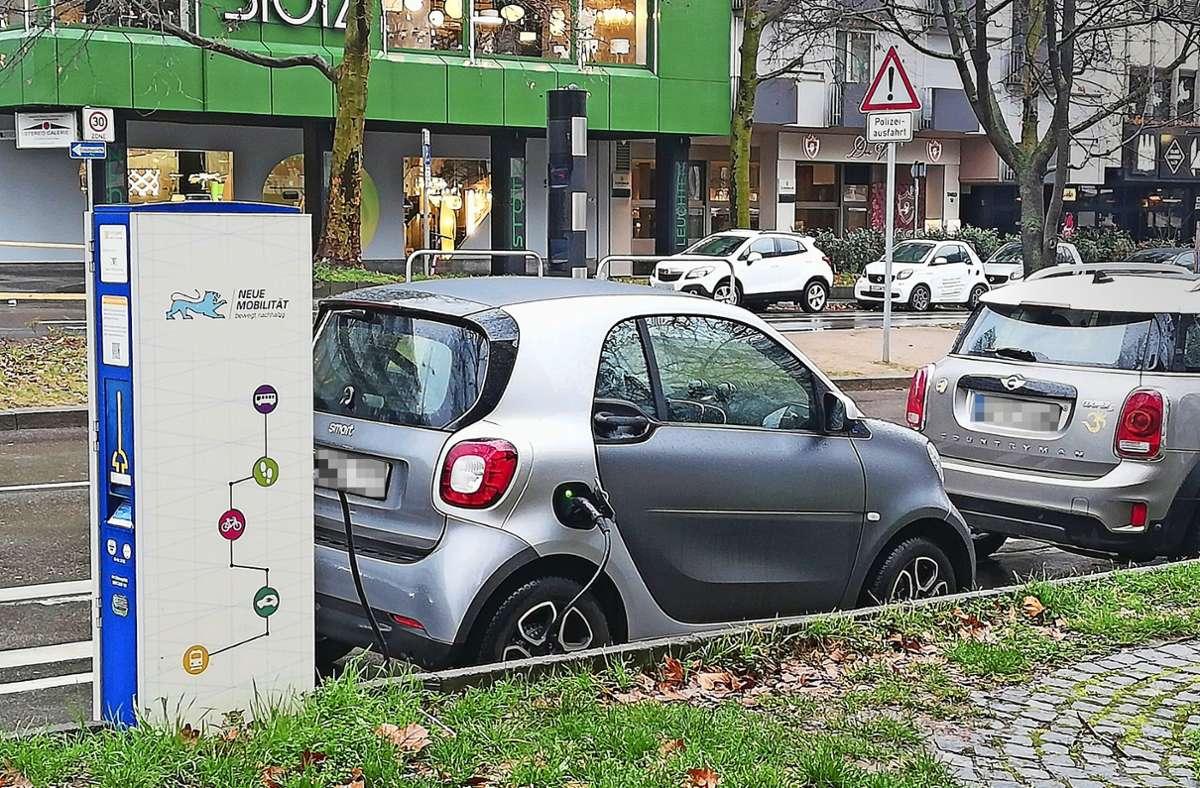 Besitzer von E-Mobilen können zum Beispiel an der Theodor-Heuss-Straße ihr Auto aufladen. Jede Säule verfügt in Stuttgart über zwei Stecker. Foto: Cedric Rehman