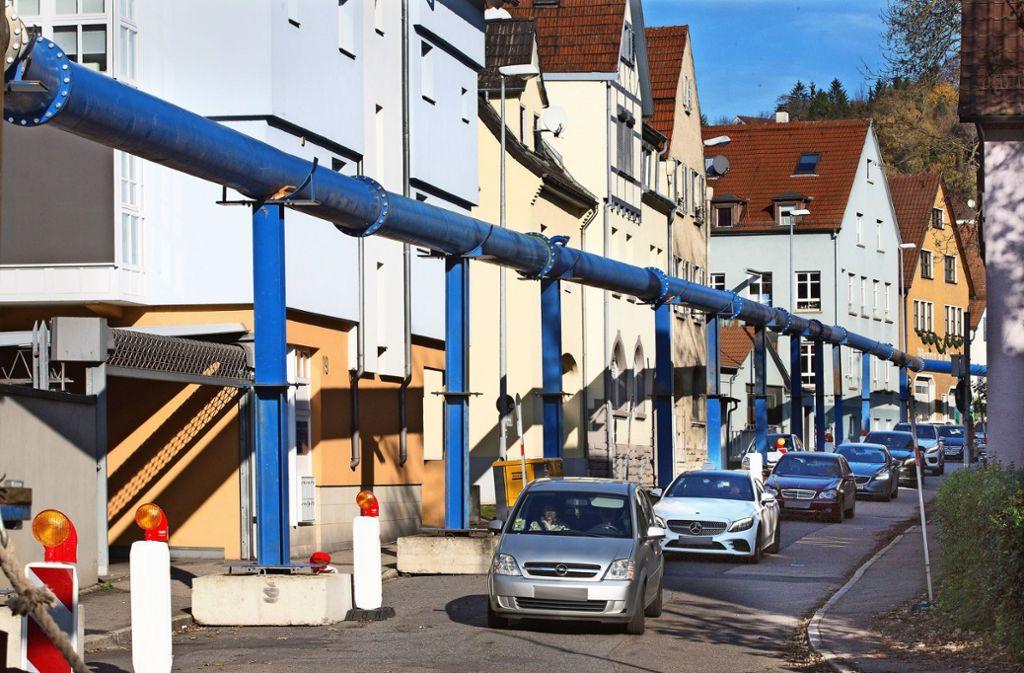 Die oberirdisch geführte Leitung erinnert an die Konstruktion für das Grundwassermanagement der Baustelle für Stuttgart 21. Foto: /Horst Rudel
