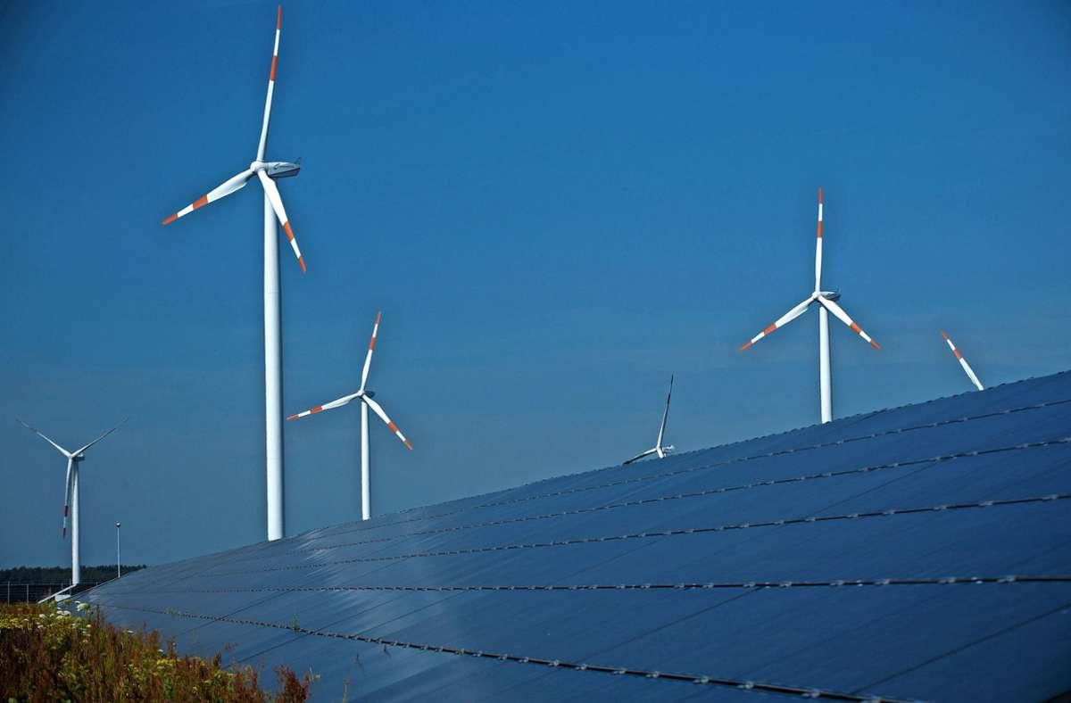 Wind und Sonne  – hier ein Wind- und Solarpark in Mecklenburg-Vorpommern – sollen Deutschland klimaneutral machen. Foto: dpa/Jens Büttner