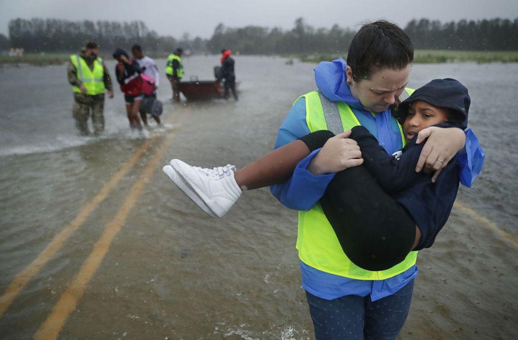 Frewillige brachten Kinder in Sicherheit. Foto: Getty