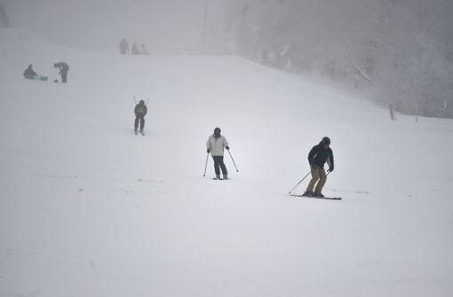 Wintersportler sitzen in Gondeln fest