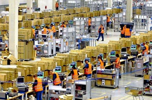 Der Versandriese Amazon baut in Deutschland immer mehr Logistikzentren, wie hier im schwäbischen Graben. Foto: dpa