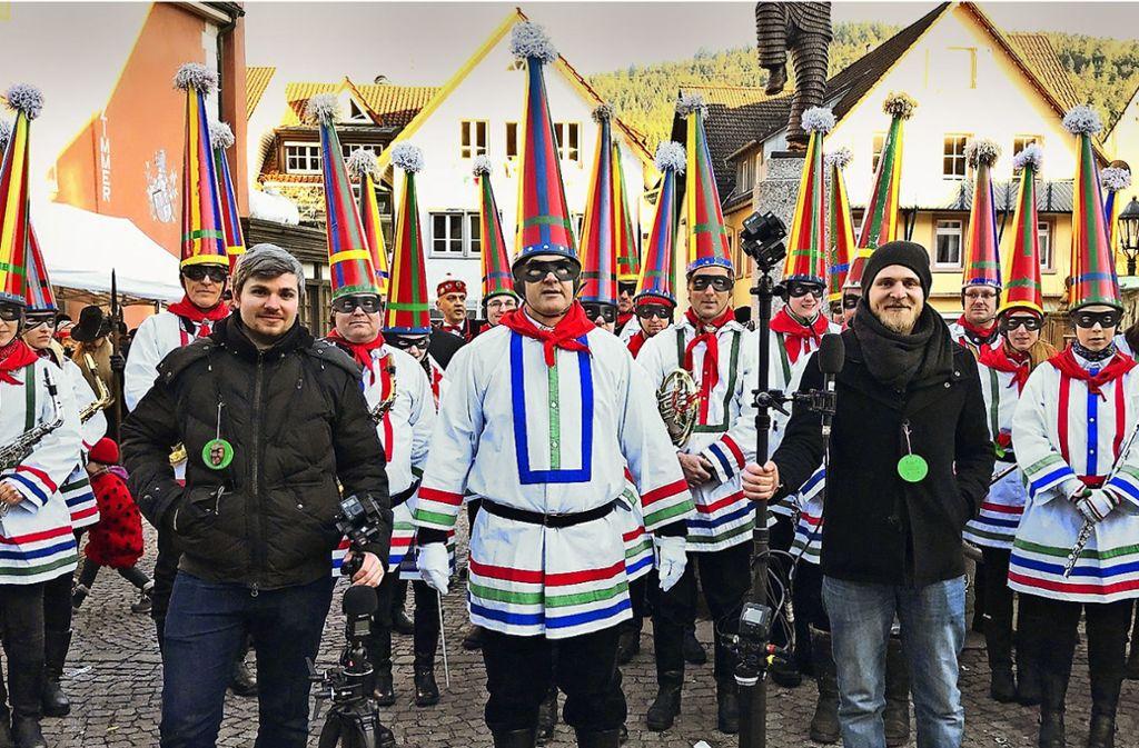Artur Fuss (links) und Jan Brunnenkant haben sich mit ihrer Rundum-Kamera unter Elzacher Narrenmusiker gemischt. Foto: VSAN
