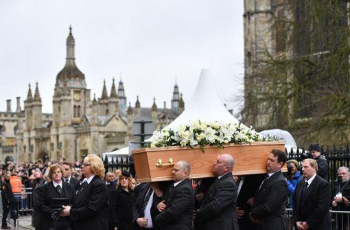 Zahlreiche Menschen nehmen Abschied von Stephen Hawking