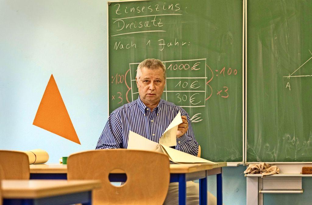 Die Rechnung. wie es nach den Sommerferien weiter geht, bleibt für den Mathelehrer Norbert Heumüller offen. Foto: factum/Weise