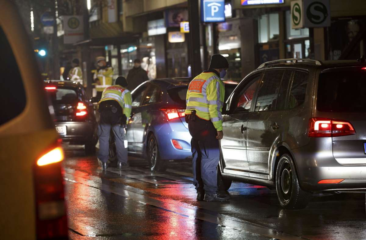 Polizeibeamte kontrollieren Autofahrer, die nach 20 Uhr unterwegs sind. Foto: Lichtgut/Julian Rettig
