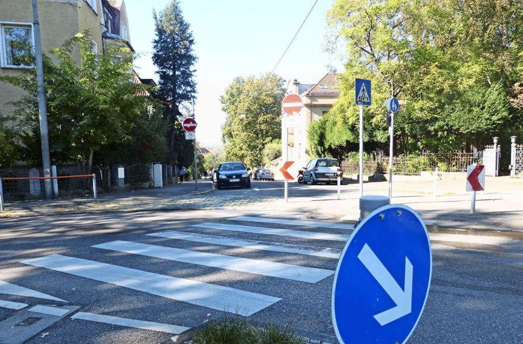 Vor allem im Berufsverkehr biegen immer wieder Autofahrer von der Dennerstraße ab in die Wiesbadener Straße. Foto: Uli Nagel