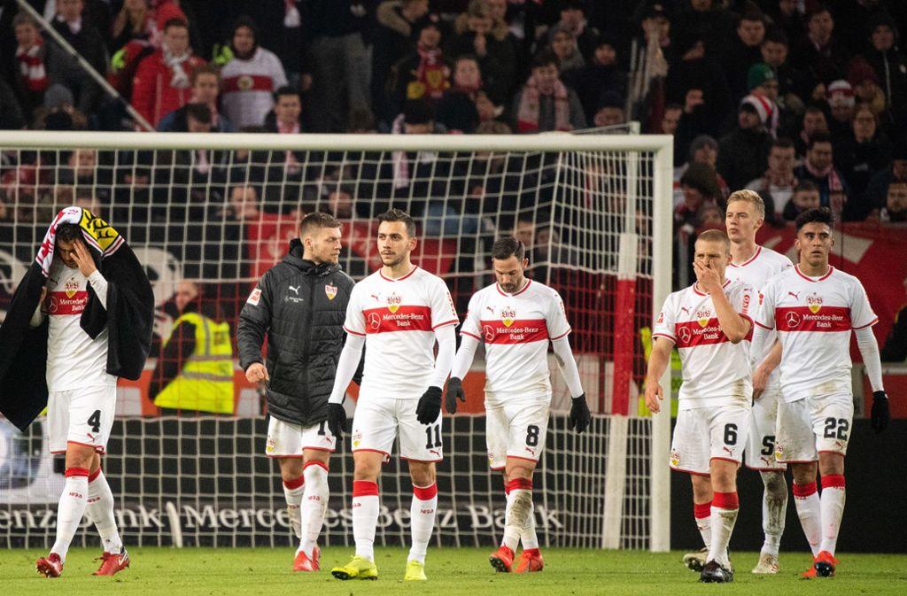 Enttäuschte Spieler des VfB Stuttgart: Gegen den 1. FSV Mainz 05 startete die Mannschaft mit einer Niederlage in die Rückrunde. Foto: dpa