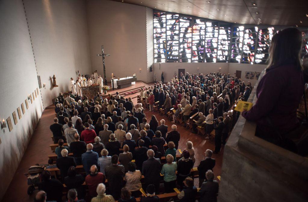 Beim letzten Gottesdienst in der katholischen Vinzenz-Pallotti-Kirche bleibt  kaum ein Platz leer. Foto: Lichtgut/Max Kovalenko