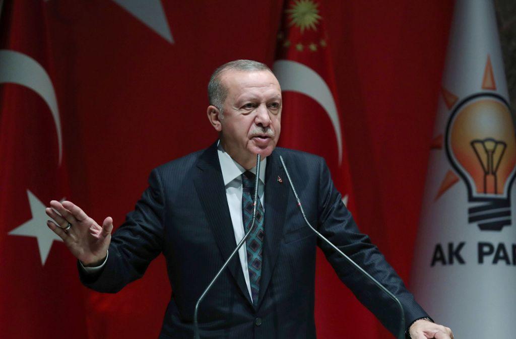 Recep Tayyip Erdogan, Präsident der Türkei, spricht mit Vertretern seiner Regierungspartei AKP. Foto: dpa/Uncredited
