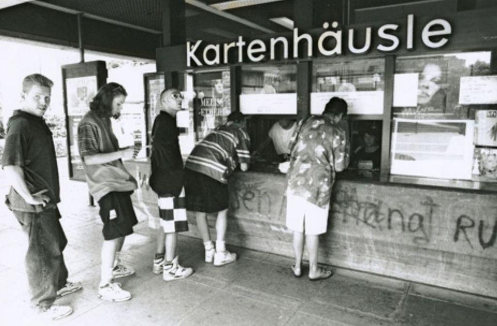1992 tun die Fantastischen Vier für ein Foto das, was viele Stuttgarter früher getan haben: Sie stehen vor dem legendären Kartenhäusle auff dem Kleinen Schlossplatz an. Foto: Michael Lutz